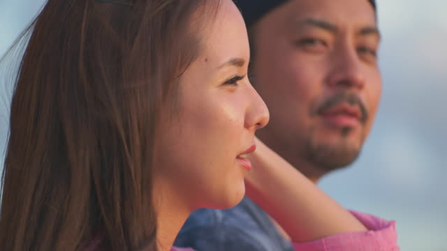 young japanese couple talking. - カップル点の映像素材/bロール