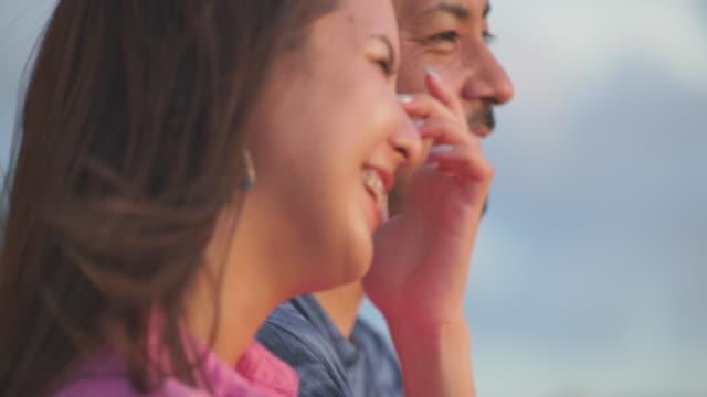 young japanese couple talking. - 表す点の映像素材/bロール