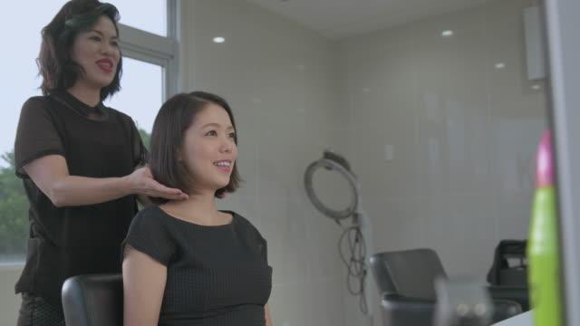 stockvideo's en b-roll-footage met young japanese female in a hair salon. - middellang haar