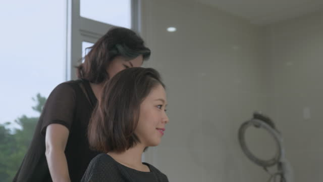 young japanese female in a hair salon. - korta ärmar bildbanksvideor och videomaterial från bakom kulisserna
