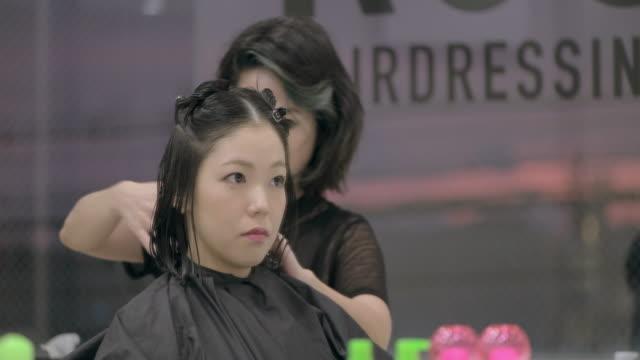 young japanese female in a hair salon. - 30代点の映像素材/bロール