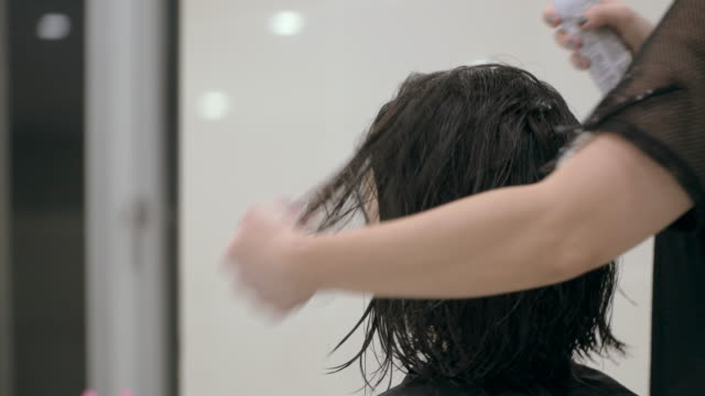 vídeos de stock e filmes b-roll de young japanese female in a hair salon. - aperfeiçoamento pessoal