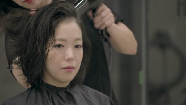 vídeos y material grabado en eventos de stock de young japanese female in a hair salon. - mejora personal