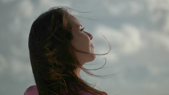 vidéos et rushes de young japanese female standing and looking ocean. - admirer le paysage