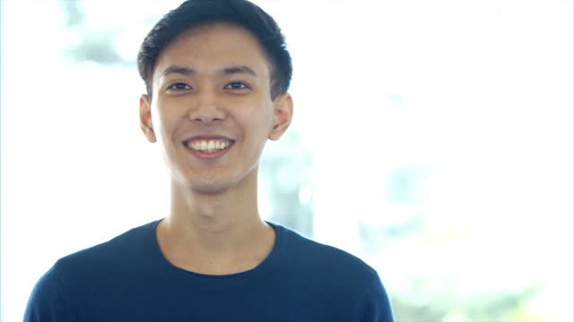 異なる表情を作る若い日本人男性 - 正面から見た図点の映像素材/bロール