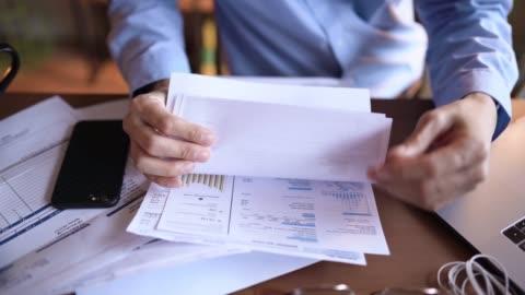 オンライン法案を支払う若い日本人男性 - paperwork点の映像素材/bロール