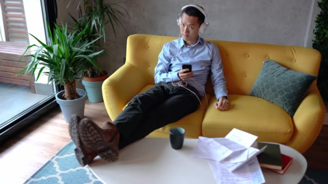 家でリラックス若い日本の男 - 30代点の映像素材/bロール