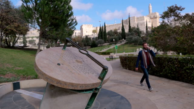 stockvideo's en b-roll-footage met een jonge jood zakenman spreekt op de telefoon - stock video - oost jeruzalem