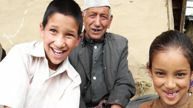 vídeos y material grabado en eventos de stock de young kids with their grand father using a tablet computer and then looking straight at the camera with joy and happiness - esmalte de uñas rojo