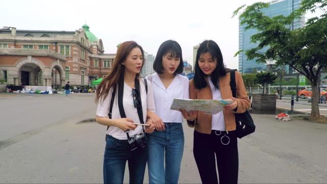 stockvideo's en b-roll-footage met jonge koreaanse toeristen net aangekomen in de stad - koreaanse etniciteit