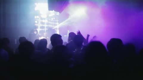 vídeos de stock, filmes e b-roll de ws young koreans dance while a dj spins at a trendy nightclub in central seoul / seoul, south korea - discoteca