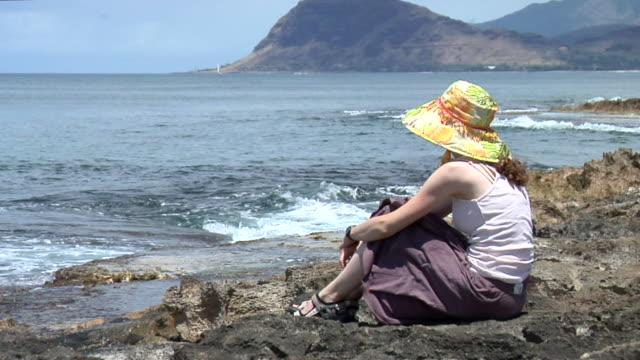 hd :桟橋上の若い女性 - 頭にかぶるもの点の映像素材/bロール