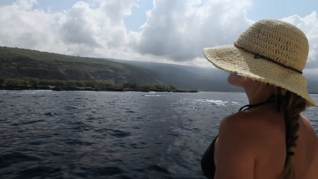 stockvideo's en b-roll-footage met ms pov young lady standing on boat bikini and sun hat at captain cook monument and kealakekua bay / kealakekua, hawaii, big island, united states - zonnehoed hoed