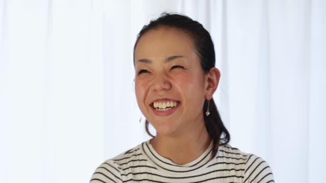 話している若い女性。 - インタビュー点の映像素材/bロール