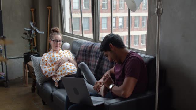 vidéos et rushes de jeune homme latino massant les pieds de la petite amie enceinte - massage femme enceinte