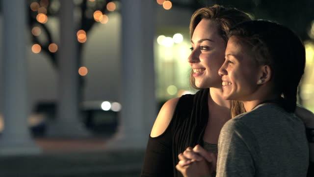 junge lesben paar in der stadt reden und lachen - 2 lesben stock-videos und b-roll-filmmaterial