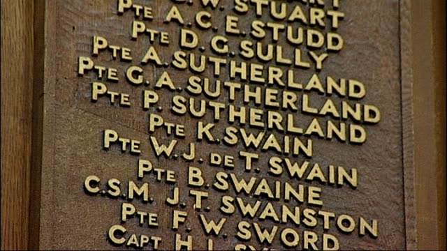 vídeos y material grabado en eventos de stock de young londoners join the british army england london scottish regimental headquarters int soldiers' names on wall of remembrance in regimental... - recluta