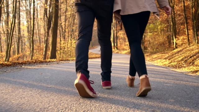 Giovane coppia di innamorati a piedi nella foresta