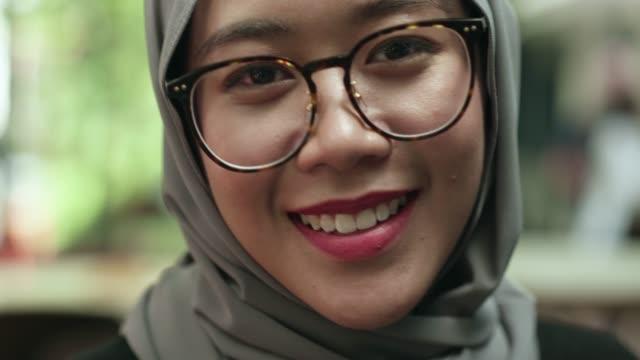 young malaysischen frau direkt in die kamera schaut - islam stock-videos und b-roll-filmmaterial