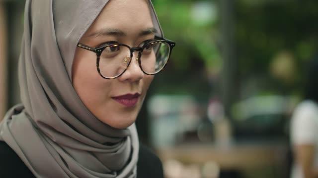 vídeos de stock, filmes e b-roll de young woman da malásia, usando um telefone celular - vestuário modesto