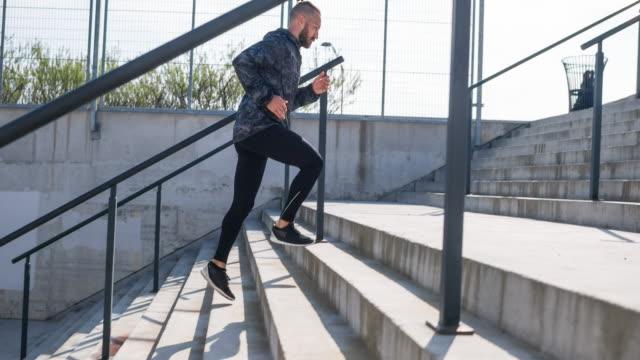 junger mann läuft - treppe stock-videos und b-roll-filmmaterial
