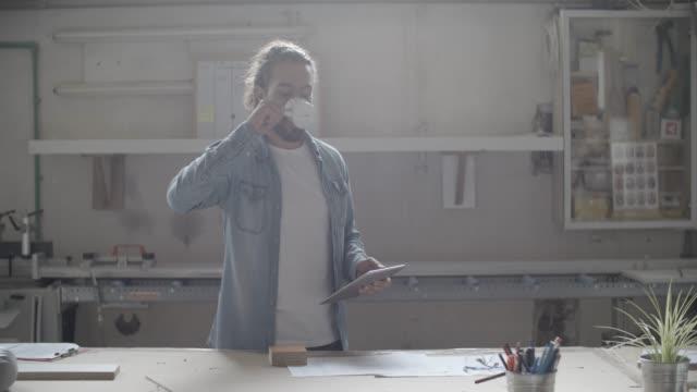 vídeos de stock, filmes e b-roll de jovem macho carpinteiro em sua oficina - coque cabelo para cima