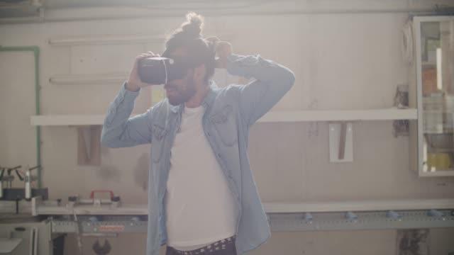 vídeos de stock, filmes e b-roll de jovem carpinteiro masculino usando óculos vr - coque cabelo para cima
