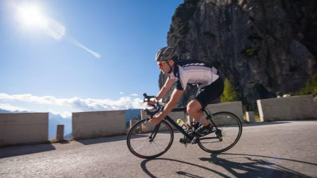 vídeos de stock, filmes e b-roll de ciclismo de estrada - capacete equipamento