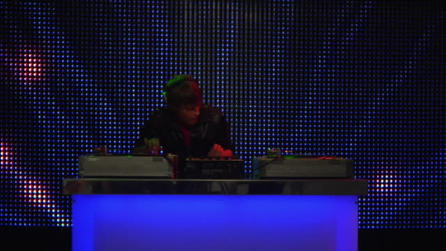 vidéos et rushes de ms slo mo young male dj at record decks in nightclub / london, uk - dj