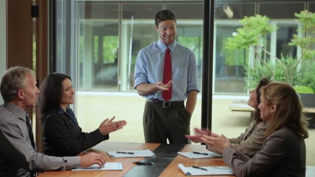 vídeos de stock, filmes e b-roll de ms young male executive leading meeting, getting standing ovation / portland, oregon, usa - camisa e gravata