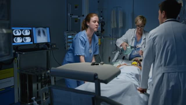 vídeos de stock, filmes e b-roll de ds jovem homem indo para a parada cardíaca em tratamento intensivo - heart attack