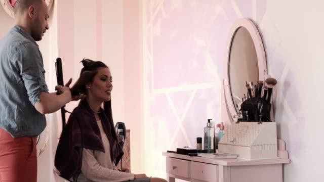 若い男性美容師美容室で女性の髪の毛を矯正します。 - 丸くなる点の映像素材/bロール