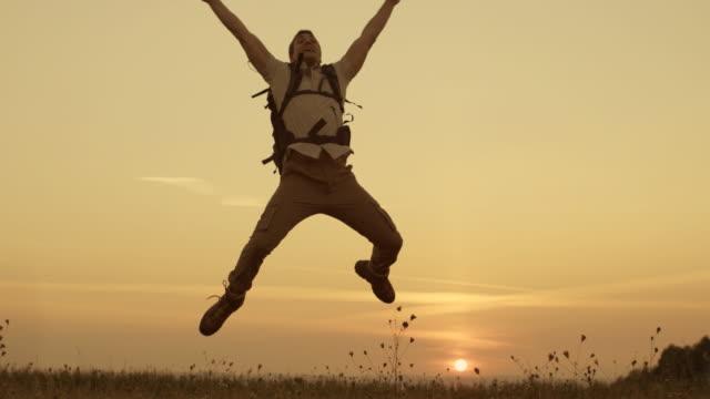 Junge männliche Wanderer springen