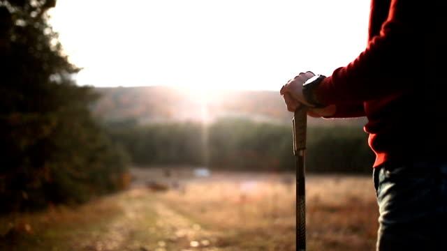 トレッキング ポールが若い男性ハイカー - 頭にかぶるもの点の映像素材/bロール