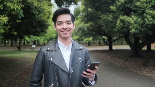 vídeos y material grabado en eventos de stock de hombre joven japonés adulto en tokyo park - 20 a 29 años