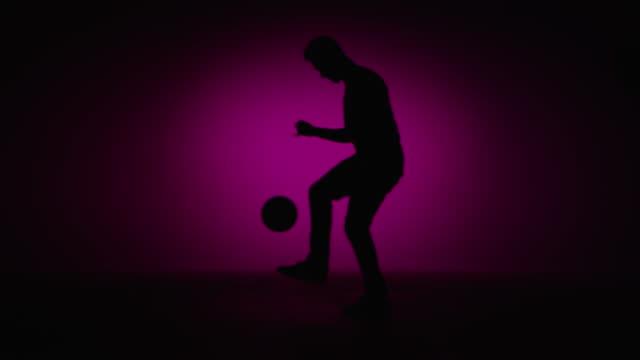 Joven macho de fútbol coleando freestyler es una bola