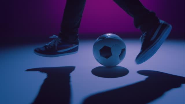 Joven macho fútbol freestyler mostrar algunos trucos