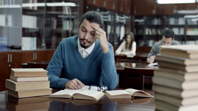 giovane maschio studente studiare - concentration video stock e b–roll