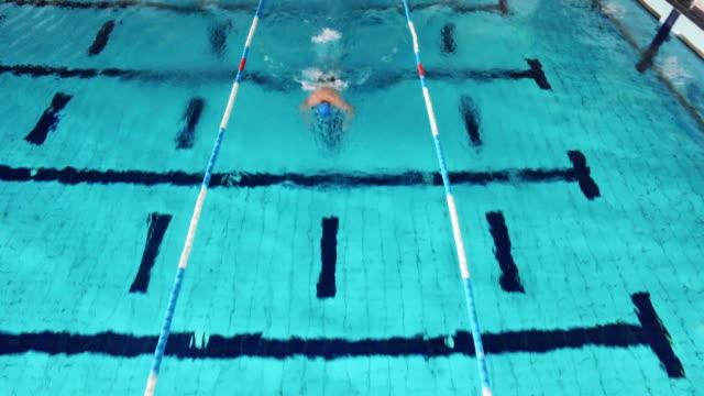 Joven macho nadador