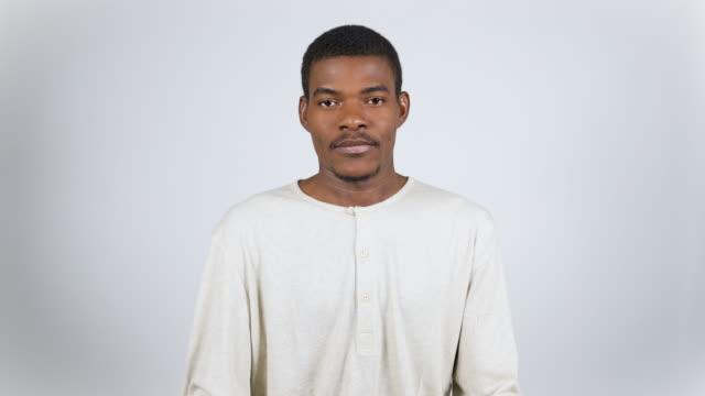 stockvideo's en b-roll-footage met jonge man tegen een grijze achtergrond - formeel portret