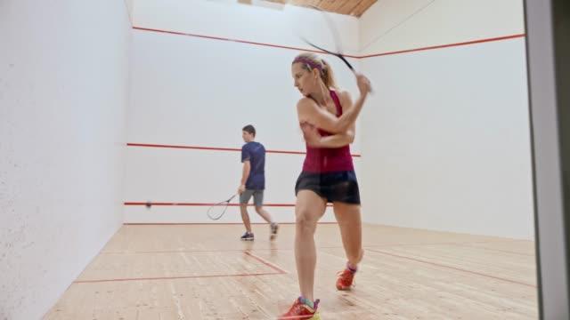 ds-junger mann und frau spielt squash - weibliche person stock-videos und b-roll-filmmaterial