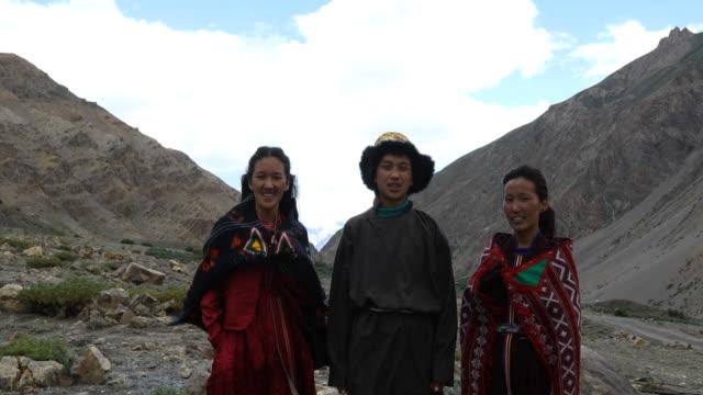 vídeos de stock, filmes e b-roll de jovem e mulheres posando na frente de montanhas - himalaias
