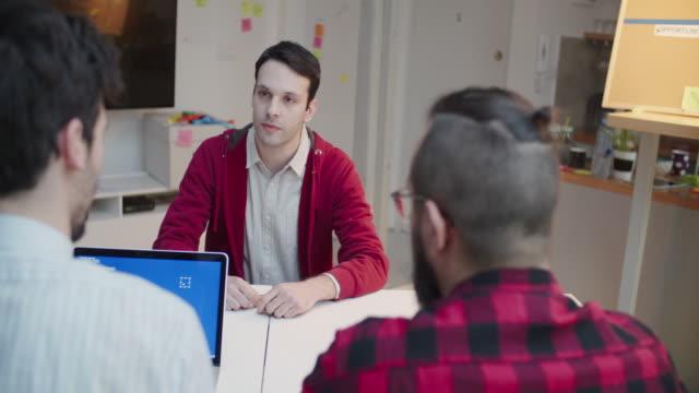 vidéos et rushes de 4 k : jeune homme à un entretien d'embauche. - recrue