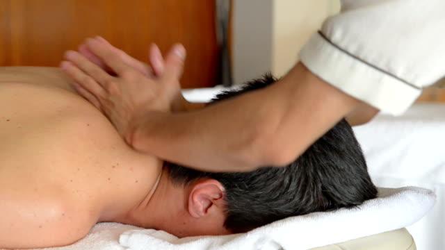 vídeos y material grabado en eventos de stock de hombre joven en tratamiento de spa - cuello de animal