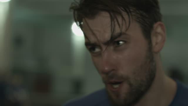 young man boxing - 汗点の映像素材/bロール