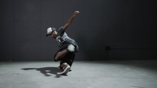 vídeos de stock, filmes e b-roll de ms young man breakdancing / orem, utah, usa - orem utah
