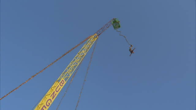 vídeos y material grabado en eventos de stock de la, ws, young man bungee jumping - puenting