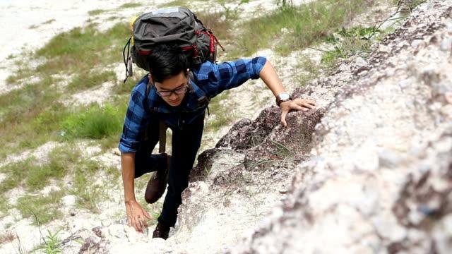 vídeos y material grabado en eventos de stock de hombre joven escalada para llegar a la cima. - escalada libre