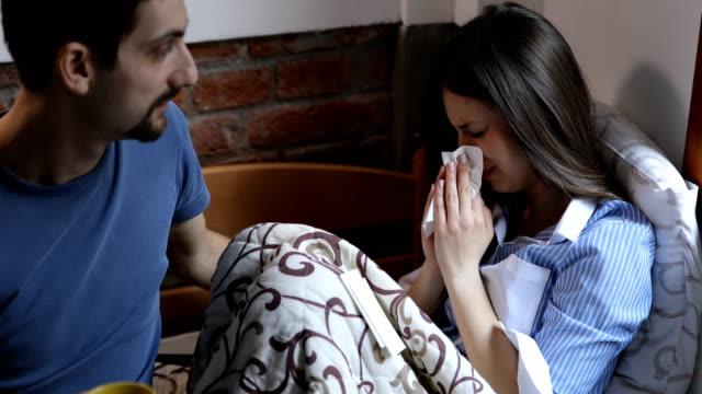 vídeos de stock, filmes e b-roll de homem novo que consola a amiga de grito - boyfriend
