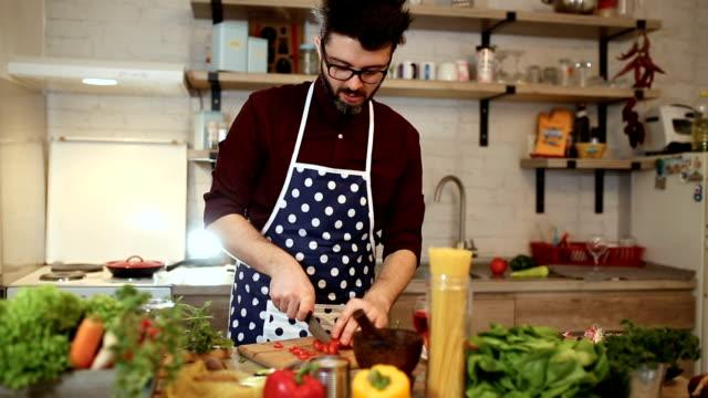 junger mann, romantische abendessen zu hause kochen - ehemann stock-videos und b-roll-filmmaterial